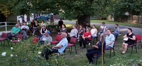 Nezaboravna pjesnička večer s Lukom Paljetkom ispod kestena u dvorištu Gradske knjižnice